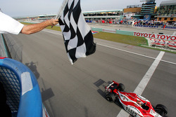 Dan Wheldon takes the checkered flag