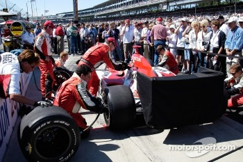 Dan Wheldon's crew practices pit stops, as the throng watches