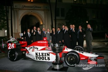 Dan Wheldon, Michael Andretti and Andretti Green Racing team members pose with the winning car and championship trophy