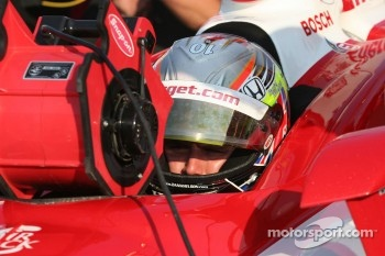 Dan Wheldon tries to stay cool during practice