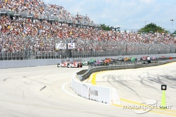 Start: Helio Castroneves and Sam Hornish Jr. lead the field