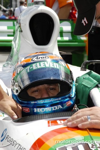 Tony Kanaan adjusts