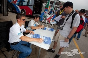 Autograph session: Scott Pruett and Memo Rojas