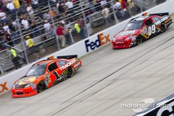 Jamie McMurray, Earnhardt Ganassi Racing Chevrolet and Landon Cassill, Phoenix Racing Chevrolet
