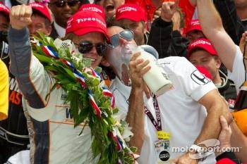 Victory circle: race winner Dan Wheldon, Bryan Herta Autosport with Curb / Agajanian celebrates with Bryan Herta