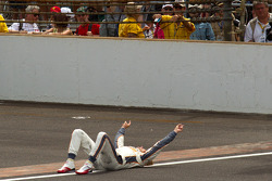 Race winner Dan Wheldon, Bryan Herta Autosport with Curb / Agajanian celebrates on the yard of bricks