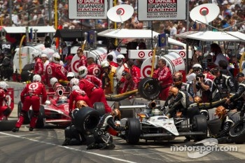 Pit stop for Alex Tagliani, Sam Schmidt Motorsports and Scott Dixon, Target Chip Ganassi Racing