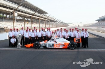 Winners photoshoot: Dan Wheldon, Bryan Herta Autosport with Curb / Agajanian with his team
