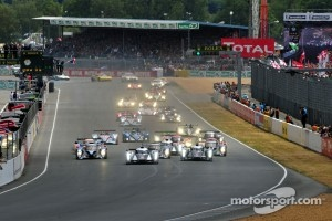 Start: #2 Audi Sport Team Joest Audi R18 TDI: Marcel Fässler, Andre Lotterer, Benoit Tréluyer leads