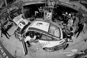 Pit stop for #70 Larbre Competition Porsche 911 RSR: Christophe Bourret, Pascal Gibon, Jean-Philippe Belloc