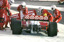 Removing the damaged front wing on Tomas Scheckter's car