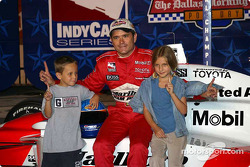 Gil de Ferran celebrates pole position with his kids