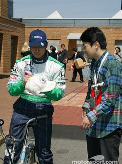 Roger Yasukawa signs autograph