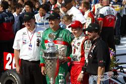Dan Wheldon poses with Andretti Green Racing crew members