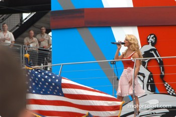 Jessica Simpson sings Star-Spangled Banner