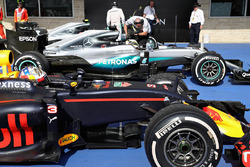 3rd place Daniel Ricciardo, Red Bull Racing RB12, 1st place Lewis Hamilton, Mercedes AMG F1 W07 Hybrid and Nico Rosberg, Mercedes AMG F1 W07 Hybrid in parc fermé