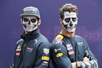 Formel 1 Fotos - Daniel Ricciardo, Red Bull Racing, und Max Verstappen, Red Bull Racing, mit Gesichtsbemalung für Halloween