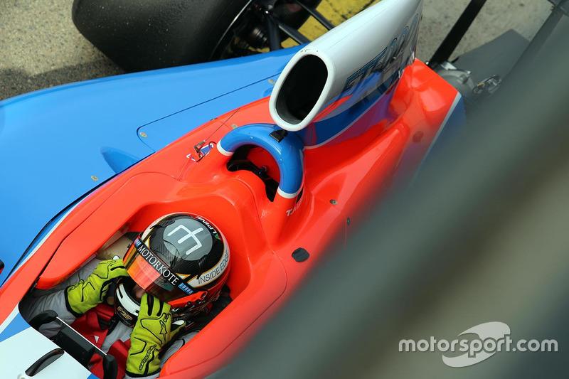 Tim Macrow testet das neue Auto der Formula Thunder 5000