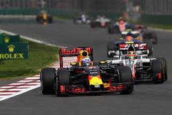 Daniel Ricciardo, Red Bull Racing RB12, Esteban Gutierrez, Haas F1 Team VF-16