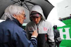 (L to R): Bernie Ecclestone, with Esteban Gutierrez, Haas F1 Team on the grid