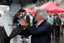 (L to R): Esteban Gutierrez, Haas F1 Team with Bernie Ecclestone, on the grid
