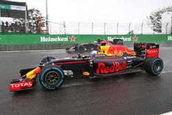 Daniel Ricciardo, Red Bull Racing RB12 and Carlos Sainz Jr., Scuderia Toro Rosso STR11 battle for position