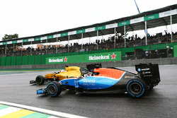 Pascal Wehrlein, Manor Racing MRT05 and Kevin Magnussen, Renault Sport F1 Team RS16 battle for position