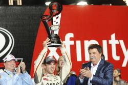 Xfinity-Champion 2016: Daniel Suarez, Joe Gibbs Racing, Toyota, mit Joe Gibbs Racing, Teambesitzer und Mike Helton, NASCAR.Präsident