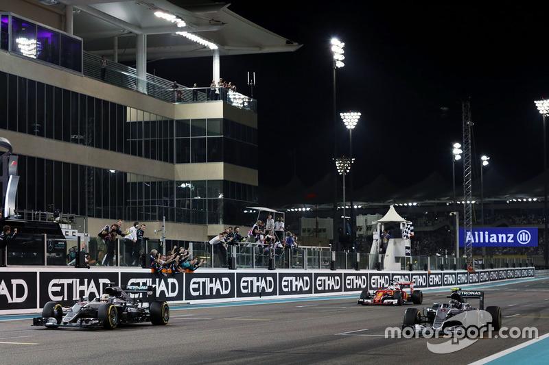 Zielflagge für den Sieger Lewis Hamilton, Mercedes AMG F1 W07 Hybrid und dem neuen Weltmeister Nico Rosberg, Mercedes AMG F1 W07 Hybrid