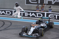 2.  Nico Rosberg, Mercedes AMG F1 W07 Hybrid  feiert seinen WM-Titel nach dem Rennen