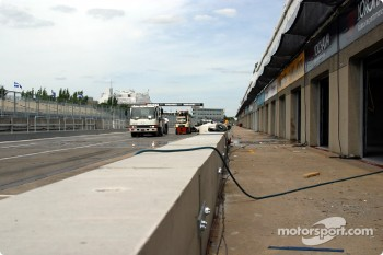 Pitlane reconfigured for the CART race, with a concrete wall