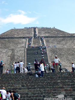 Visit at Teotihuacan pyramids: Long way up the pyramid