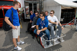 Sébastien Bourdais, Dale Coyne Racing speaks with Oriol Servia, Newman/Haas Racing and James Hinchcliffe, Newman/Haas Racing