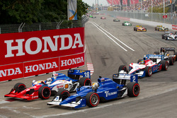 Start: Graham Rahal, Service Central Chip Ganassi Racing and Oriol Servia, Newman/Haas Racing