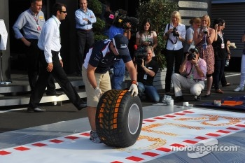 Rubens Barrichello, AT&T Williams makes a painting with a tyre