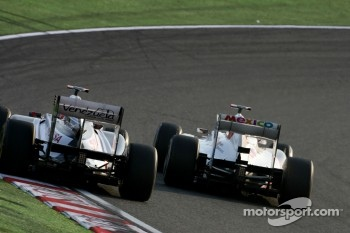 Rubens Barrichello, Williams F1 Team and Kamui Kobayashi, Sauber F1 Team