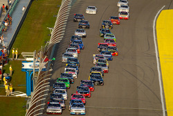 Start: Brad Keselowski, Penske Racing Dodge and Elliott Sadler, Kevin Harvick Inc. Chevrolet lead the field