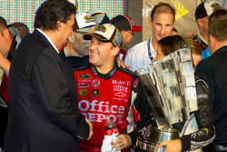 Victory lane: NASCAR Sprint Cup Series 2011 champion Tony Stewart, Stewart-Haas Racing Chevrolet celebrates with Mike Helton