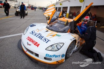 Pit stop practice for #10 SunTrust Racing Chevrolet Corvette DP: Max Angelelli, Ricky Taylor, Ryan Briscoe
