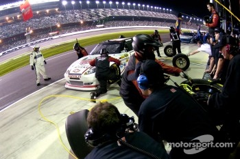 Pit stop for Kurt Busch, Phoenix Racing Chevrolet