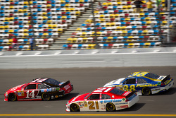 Tony Stewart, Stewart-Haas Racing Chevrolet, Trevor Bayne, Wood Brothers Racing Ford, David Gilliland, Front Row Motorsports Ford