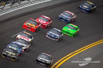 Ryan Newman, Stewart-Haas Racing Chevrolet and Regan Smith, Furniture Row Racing Chevrolet lead a group of cars