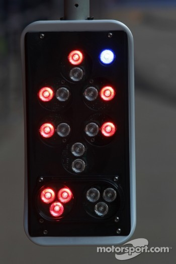 McLaren pit stop light device