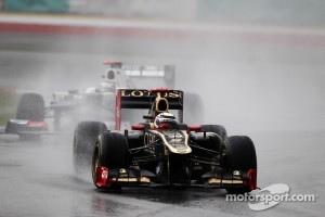 Kimi Raikkonen, Lotus E20 leads Kamui Kobayashi, Sauber