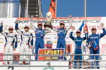 GT500 podium: class and overall winners Kohei Hirate and Yuji Tachikawa, second place Takuya Izawa and Naoki Yamamoto, third place Toshihiro Kaneishi and Koudai Tsukakoshi