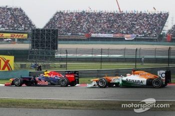 Mark Webber, Red Bull Racing leads Paul di Resta, Sahara Force India