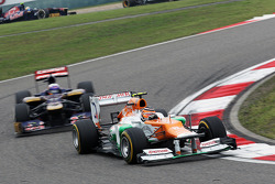 Nico Hulkenberg, Sahara Force India F1 leads Daniel Ricciardo, Scuderia Toro Rosso STR7
