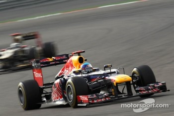 Sebastian Vettel, Red Bull Racing leads Kimi Raikkonen, Lotus Renault F1 Team