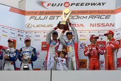GT500 podium: winners Juichi Wakisaka and Hiroaki Ishiura, second place Takuya Izawa and Naoki Yamamoto, third place Satoshi Motoyama and Michael Krumm