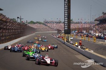 Restart: Ryan Briscoe, Team Penske Chevrolet leads the field